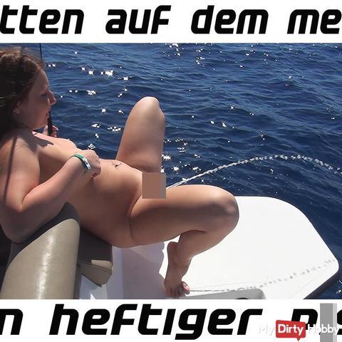 Mitten auf dem Meer vom Boot gepi**t!
