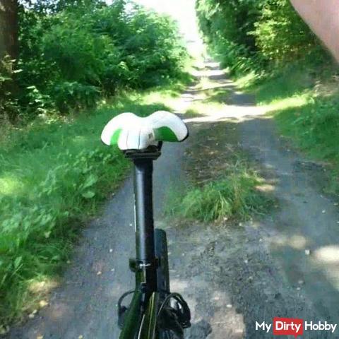 Geil beim Fahrradfahren in Feinstrumpfhose