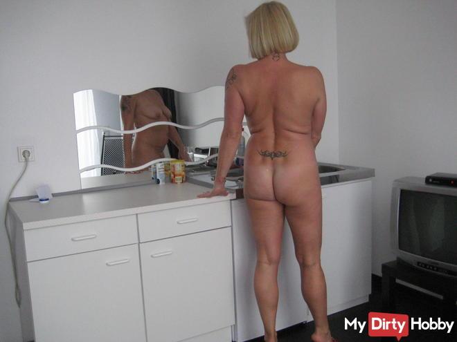 Nackt in der Küche Bilder