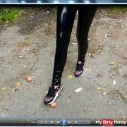 Crushing in Glanzleggins wetlook shiny Leggins / Hose & Sneaker