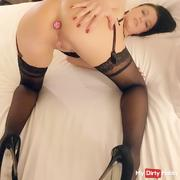 Ania joue avec son plug anale / Ania is playing with her anal plug