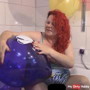 Ballons mit den fin**rnägeln gepop*ed. Badeanzug türkis!