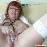 Die Krankenschwester untersucht sich selbst teil1