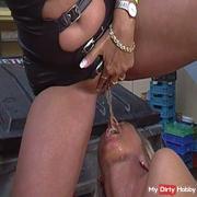 Sexy Anita pisst Rosella ins Maul
