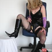 LadySindy empfängt  einen willigen Lecksklaven,,,sieh mal,was passiert