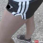 Im Urlaub in FSH Strumpfhose / Turnhose Shiny Shorts wetlook und Sneaker