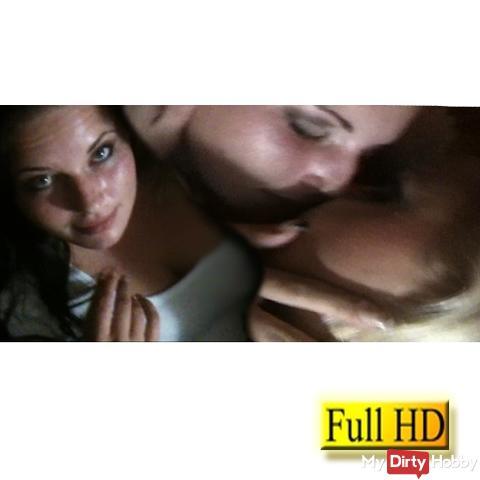 Zärtliche Küsse mit dem Porno-Zwerg