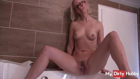 Horny creampie - Sprudelpiss into the tub