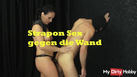Strapon Sex gegen die Wand