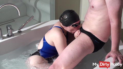 Userdate in Whirlpool with Blowjob und Swimsuit